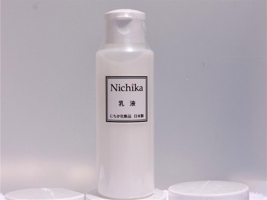 内容量100ml 日本製 <br /> <br />肌に必要な油分と水分をバランス良く整え潤いキープ <br />水溶性プロテオグリカンなどの保水成分と果実や花葉などの保湿成分を配合。<br />ベトつかずまろやかな使い心地。<br />馴染みやすい油分が角質層まで浸透して潤い艶ハリを与える「艶ハリ乳液」です